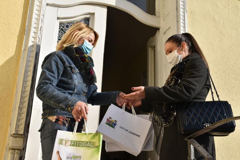 Štićenicama Sigurne kuće u Leskovcu donirani higijenski paketi