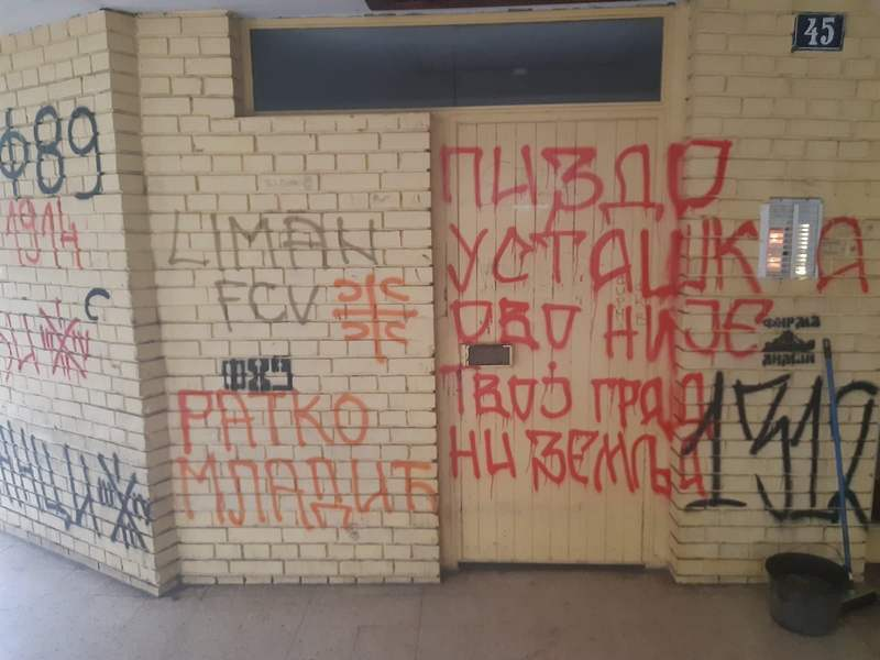Reakcije novinarskih udruženja iz Srbije i okolnih zemalja zbog ispisanih nacističkih grafita na ulazu u zgradu novinara Dinka Gruhonjića