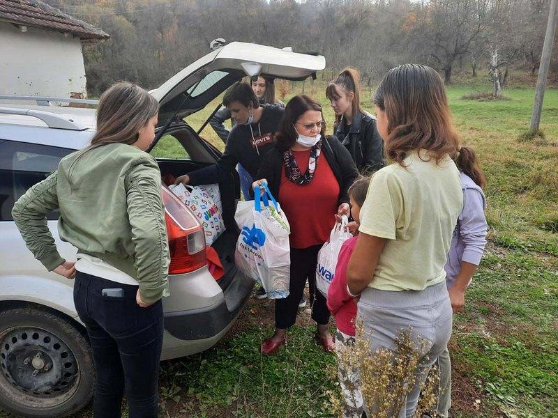Gimnazijalci iz Vranja uručili pomoć devojčicama iz Trstene