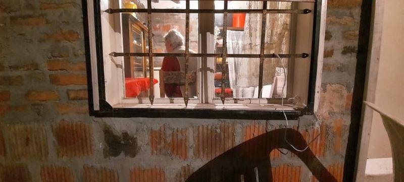 Godinama gleda kroz prozor očekujući dolazak sina