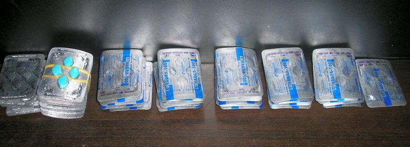 U koferu i u ručnom frižideru sakrili preko 1.100 doza lekova