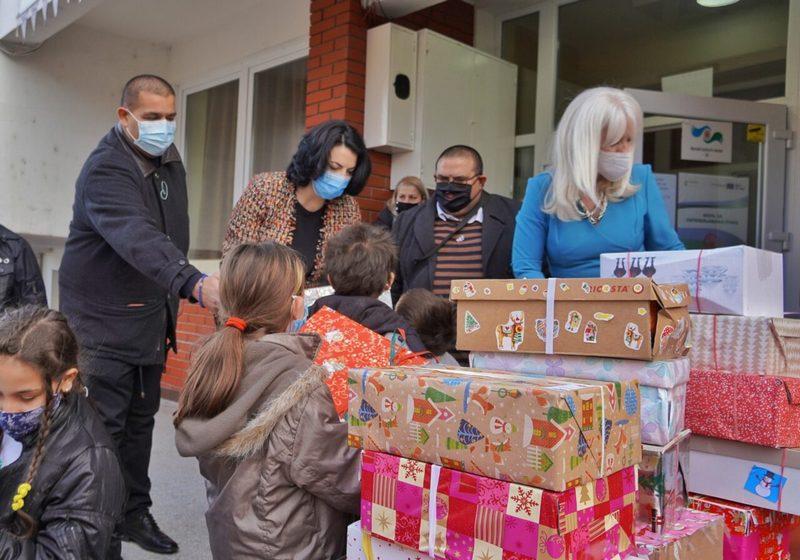 Grad podelio deci više od 2.000 paketića