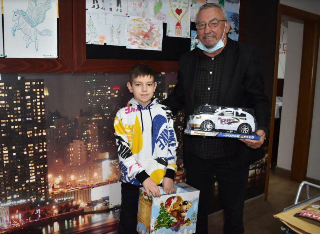 Agencija Pegaz darivala mališane za Novu godinu