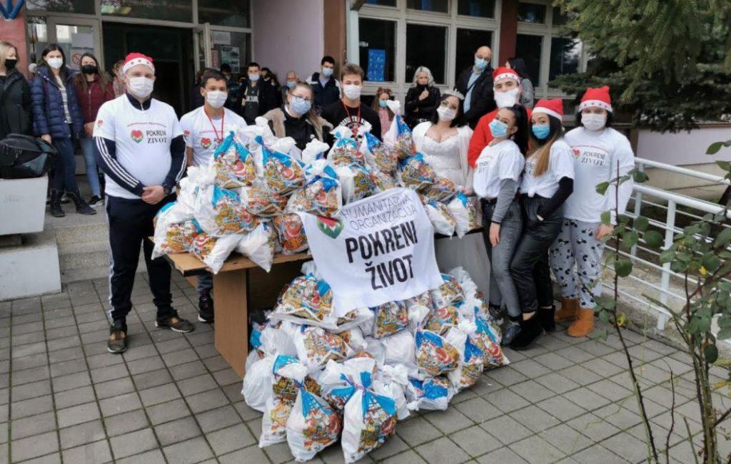 """156 novogodišnjih paketića učenicima škole """"11. Oktobar"""""""