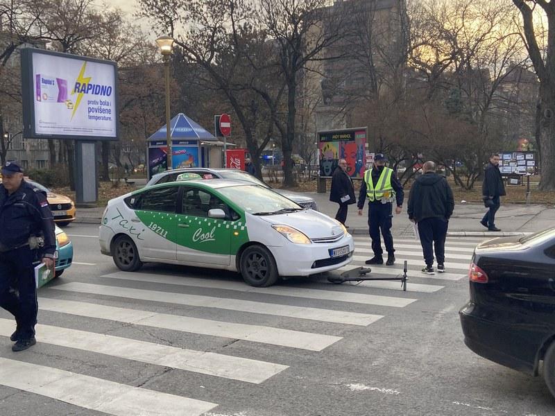 Taksista udario vozača električnog trotineta na pešačkom prelazu