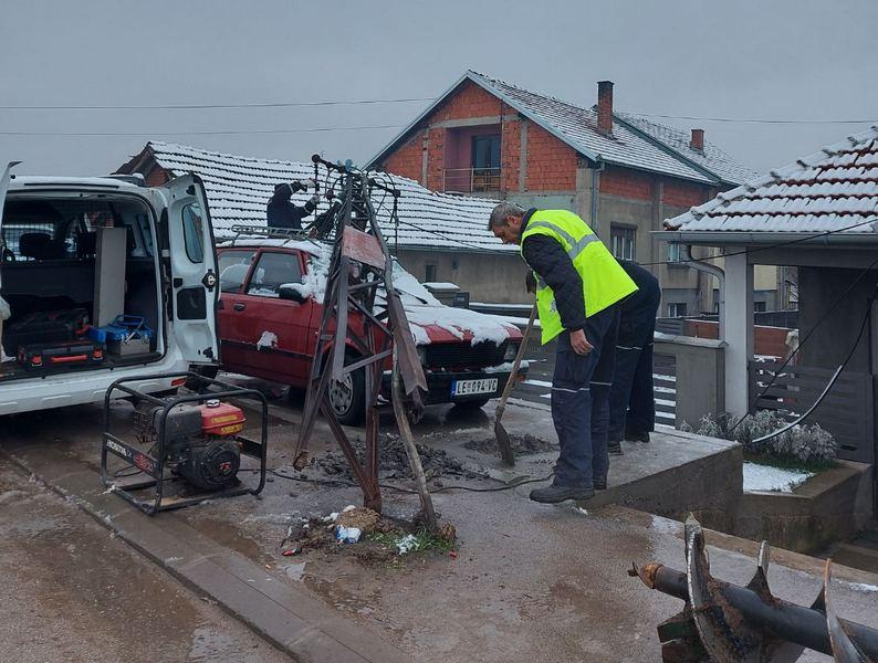 Metalni električni stub se urušio i pao na parkirani automobil