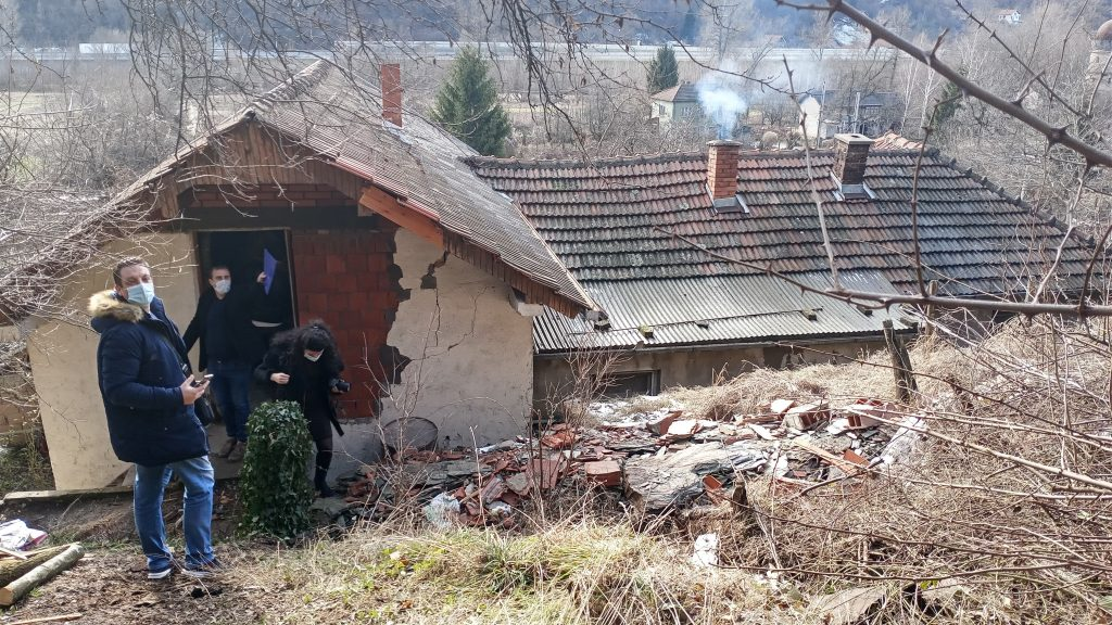 Na kuću Ljubinke Aleksić iz Grdelice sručila se stena od pet tona