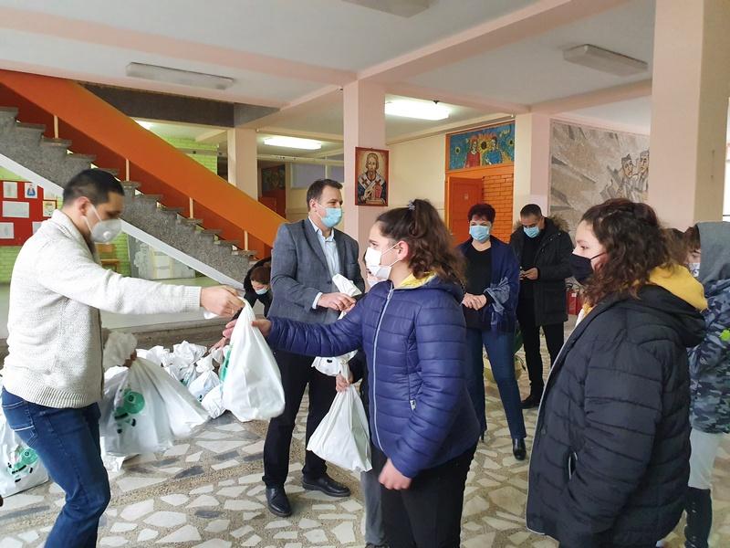 Kompanija CarGo i bratstvo sa Hilandara poklonili paketiće osnovcima u Medveđi