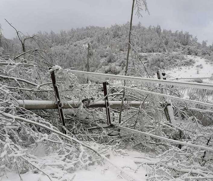Na desetine udaljenih sela i dalje bez struje, bolesnu staricu odbili da priključe na mrežu