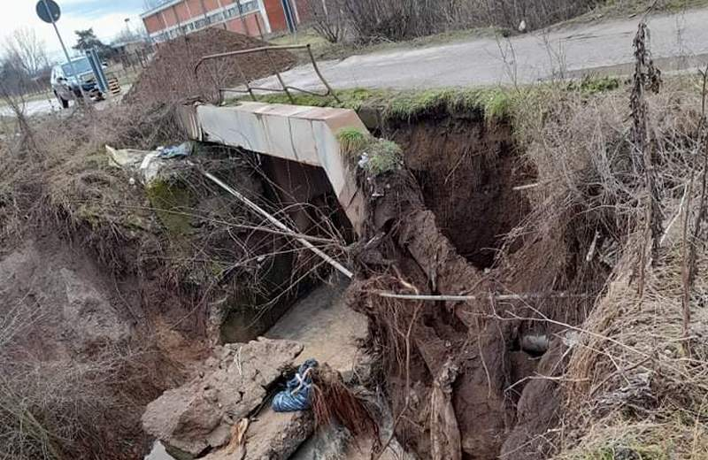 Srušio se most kraj Mesokombinata, odsečena tri sela kod Leskovca (video)