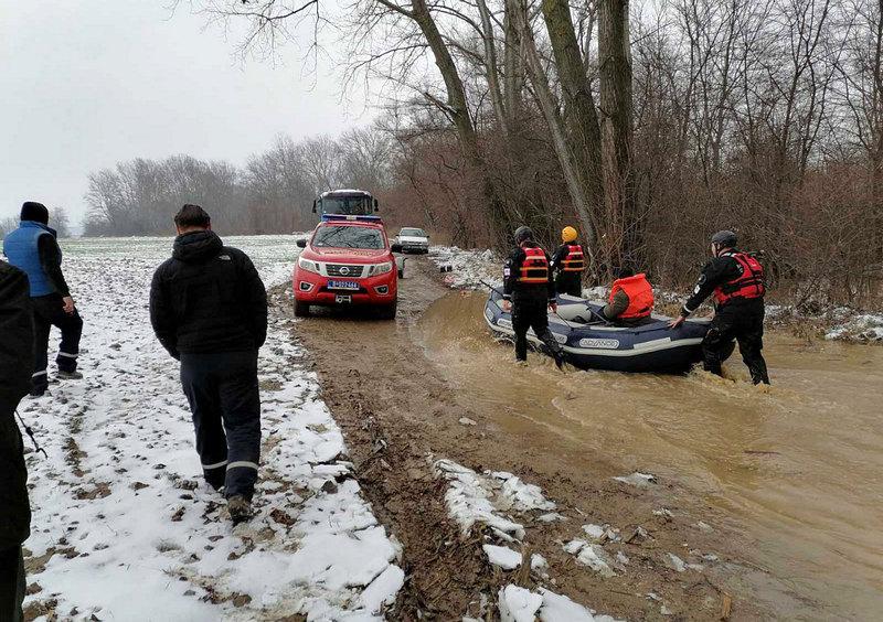 Pripadnici MUP-a  evakuisali 67 osoba iz poplavljenih područja na jugu Srbije