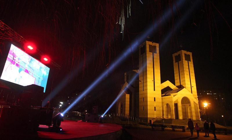 Vatromet u ponoć i emitovanje koncerata na bini, građani posmatrali sa svojih prozora i terasa