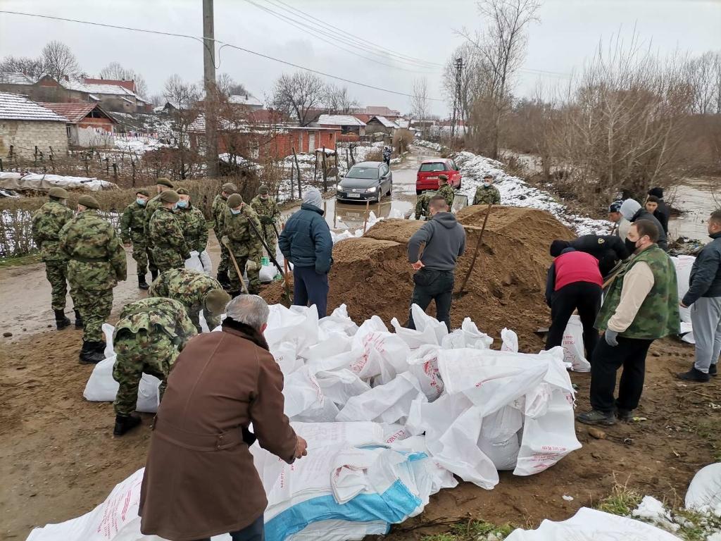 Vojska Srbije sve vreme na poplavljenim područjima, Ministar Stefanović obišao Turekovac i Bogojevce