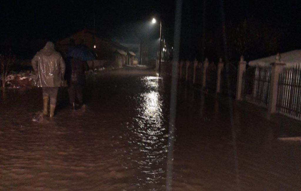 Vinarce pod vodom, kritično i u Leskovcu, u Šišavi kod Vlasotinca vatrogasci pomažu meštanima