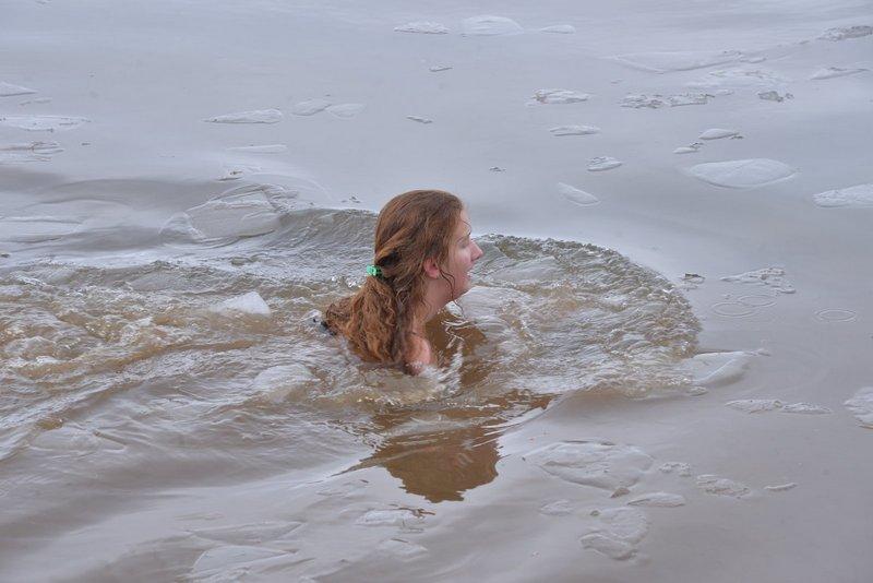 Jovana Janković iz Surdulice prva doplivala do časnog krsta na Vlasinskom jezeru