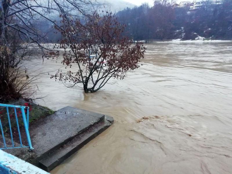 Teška situacija u Vlasotincu, sva planinska sela bez struje i vode