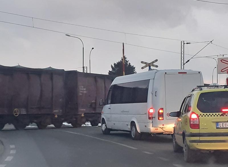 Voz juri, na prelazu podignute rampe, signalizacija ne radi