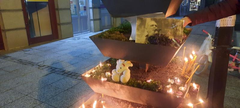 Leskovčani palili sveće i ostavili malog belog zeca u čast preminulog Balaševića