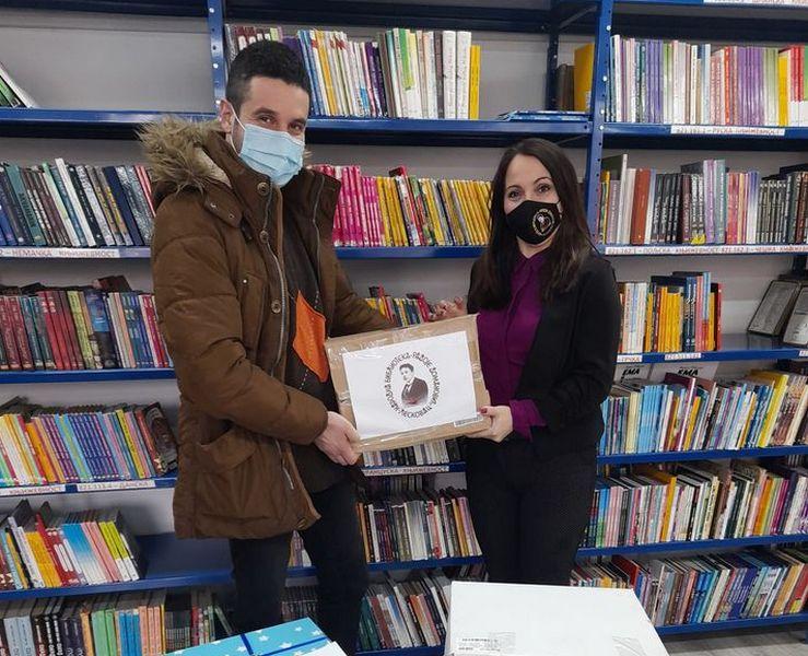 Biblioteka poklonila knjige deci koja se leče na Odeljenju pedijatrije bolnice u Leskovcu