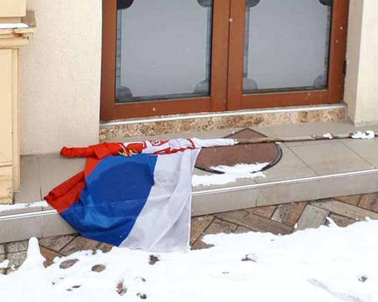 Gde je mesto državnoj zastavi: Na podu, pored zida ili na zgradi?