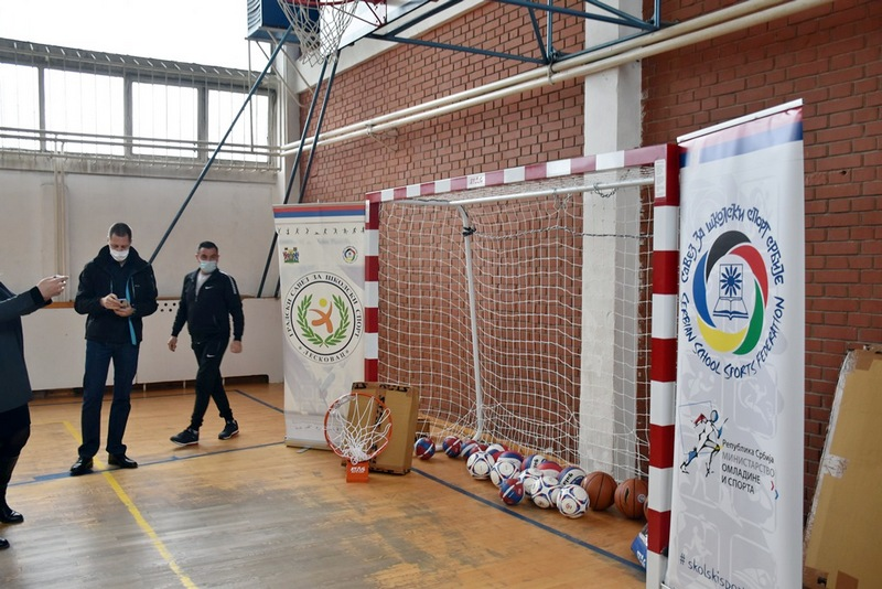 Dve osnovne škole u Leskovcu dobile koševe i lopte u vrednosti od 900 hiljada dinara