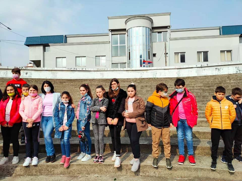 """Učenici OŠ """"8. oktobar"""" na Dan borbe protiv vršnjačkog nasilja u roze majicama"""