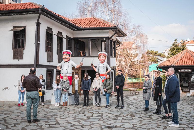 Budući turistički vodiči obilazili sve značajne lokalitete u Leskovcu