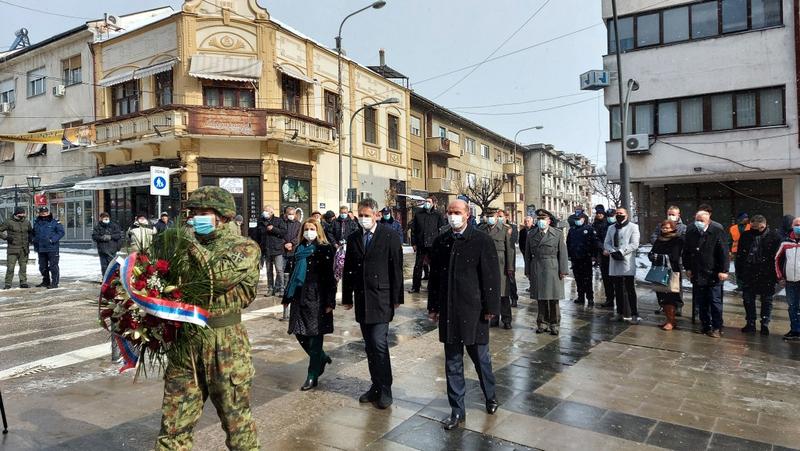 Polaganjem venaca na bareljefu Voždu Karađorđu obeležen Dan državnosti