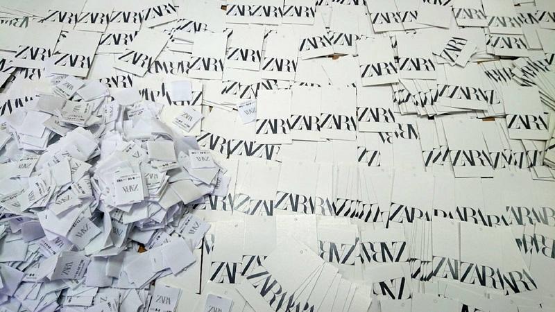 Pokušali u autobusu da prokrijumčare 1.200 platnenih i kartonskih etiketa poznate robne marke