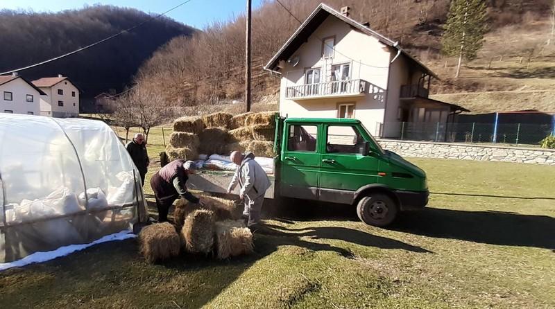 Ministar Tončev dao svoju platu za stočnu hranu jednoj porodici u Crnoj Travi
