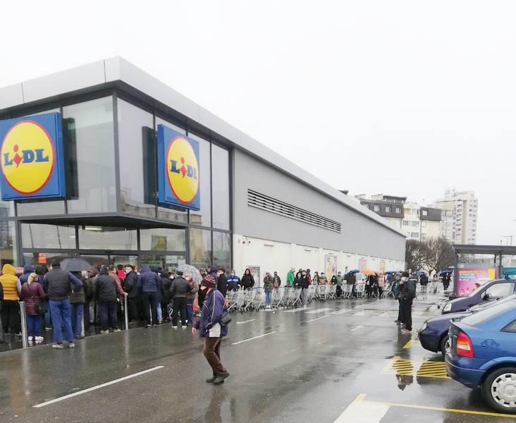 Revolt zbog gužve ispred i u Lidlu u Leskovcu gde se ne prodaje samo hrana