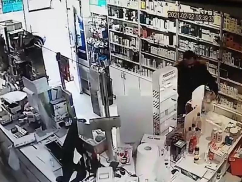 Upao u apoteku i ukrao kutiju sa parama za decu obolelu od raka, policija nedelju dana traga za lopovom