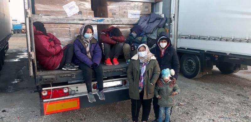 U kamionu sa paketima kućne hemije i bižuterije pronađena cela porodica sa četvoro dece