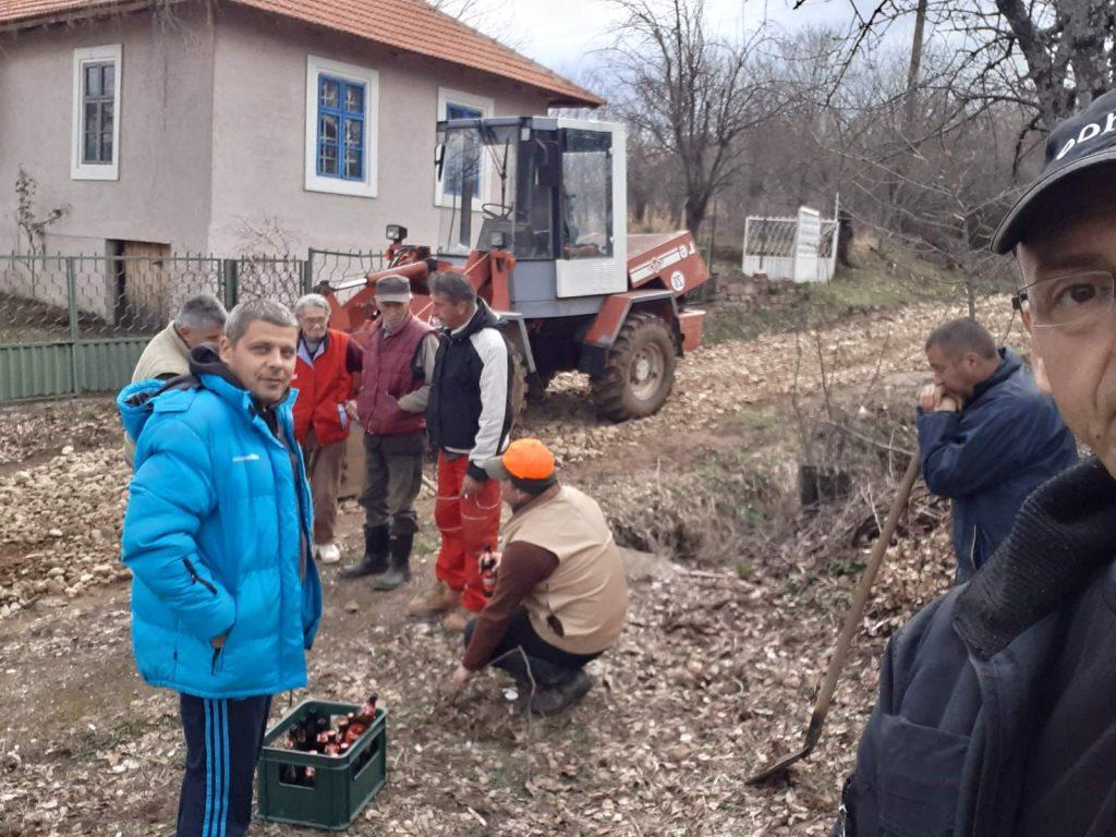 Meštani sela Orane sami sređuju put DA SE KUĆE NE ZATVORE