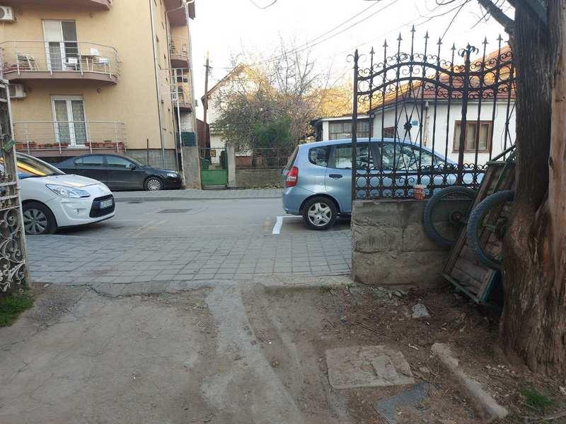 Parking mestom zatvorili ulaz u porodično dvorište