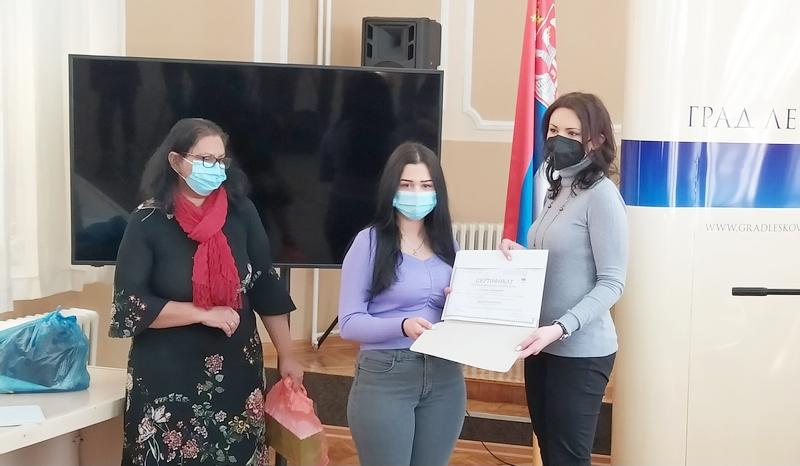 Mlade leskovačke Romkinje dobile sertifikate i početnu opremu za sopstveni biznis