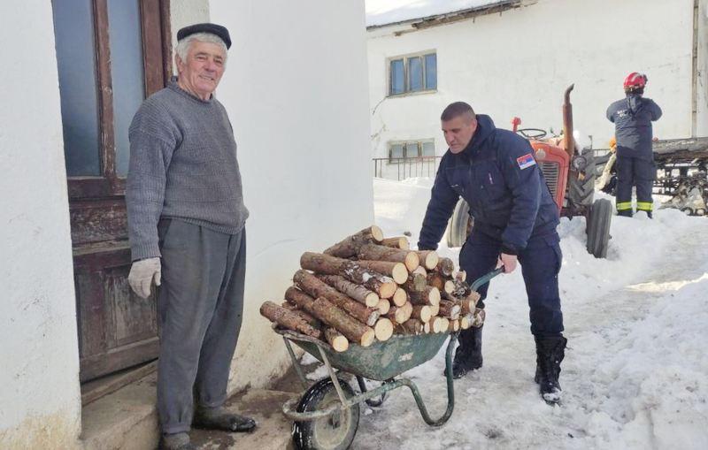 Vatrogasci prevoze bolesne iz udaljenih sela i dostavljaju im hranu i lekove