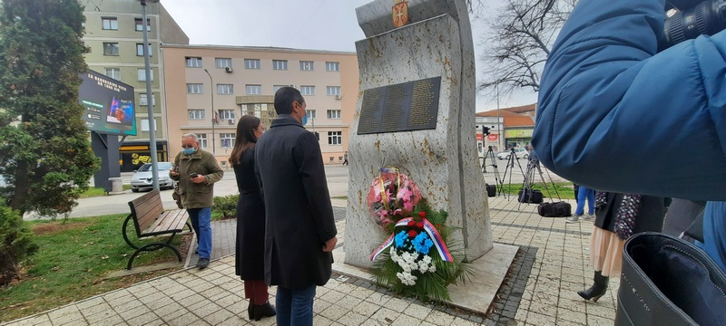 Dan sećanja na žrtve NATO agresije obeležen polaganjem venaca na spomenik stradalima u Leskovcu
