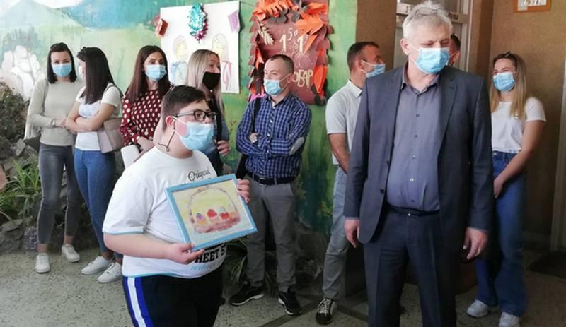"""Kompanija Aptiv uručila poklone učenicima škole """"11. oktobar"""""""