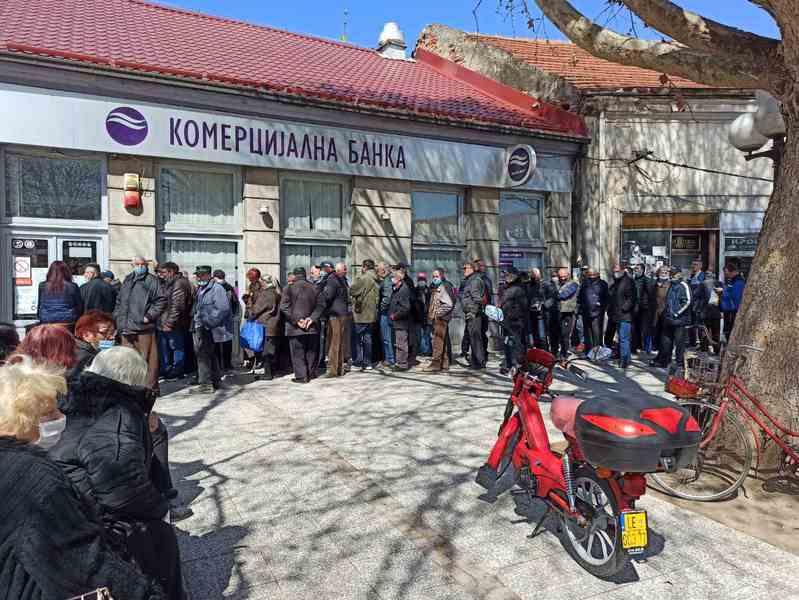 """""""Korona žurke"""" ispred banaka u Leskovcu"""