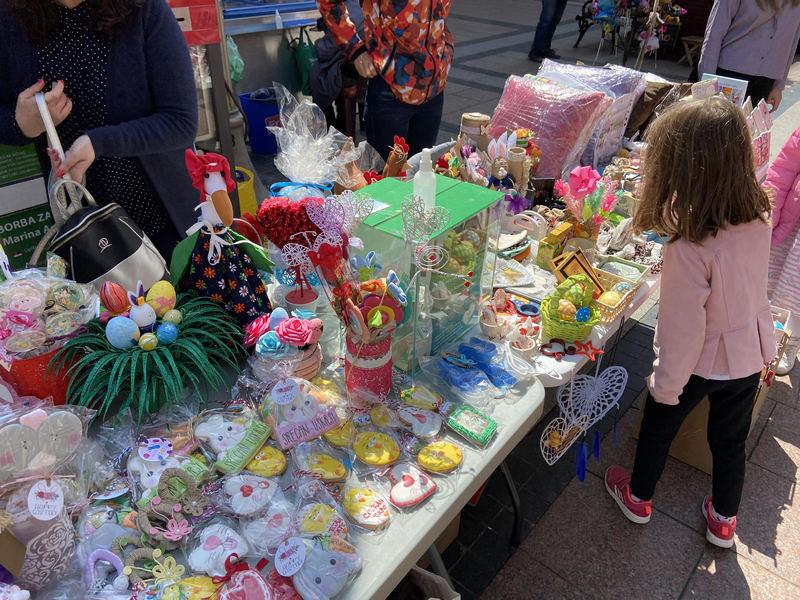 Prodajom Uskršnje dekoracije učenici prikupljaju novac za lečenje školske drugarice