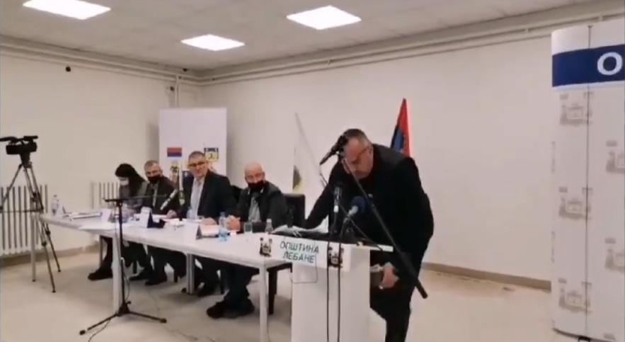 Skandal u Skupštini Lebana: Direktor cipelom gađao predsednika opštine (video)