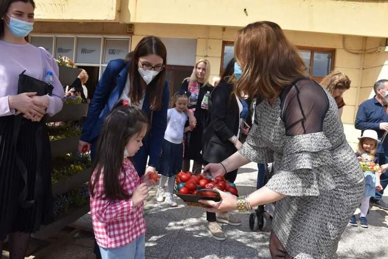 Forum žena SNS povodom uskršnjih praznika podelio 5000 jaja