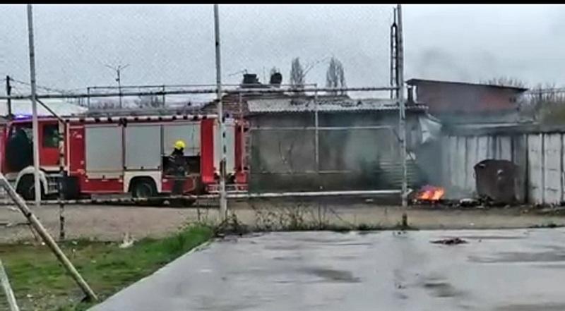 Zapaljen kontejner pored igrališta, vatra se proširila na ostale odložene stvari
