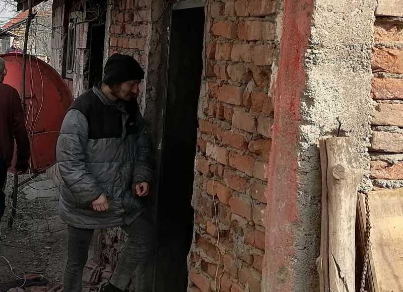 TUGA: Tročlana leskovačka polugladna porodica godinama živi bez struje i vode