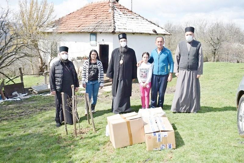 Episkop niški opet pomogao porodice sa više dece u Medveđi