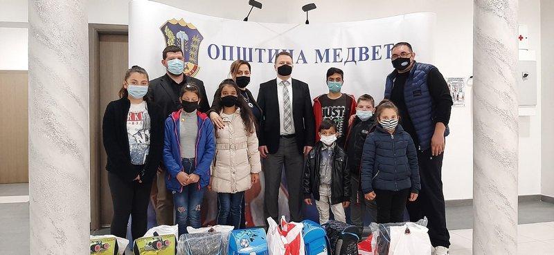 Za romsku decu u Medveđi od predsednika opštine na poklon rančevi i školski pribor