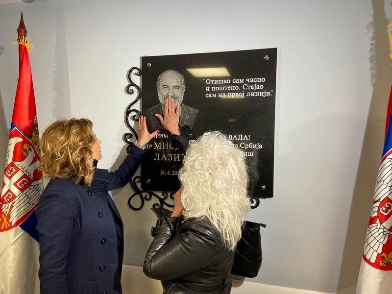 Spomen-ploča u čast preminulog hirurga Miodraga Lazića