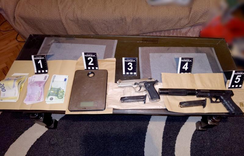U Leskovcu i Nišu krili 2,5 kilograma marihuane, pištolj s prigušivačem i 24.500 evra