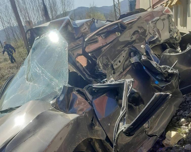 Voz kod Grdelice smrskao automobil na pružnom prelazu, vozač čudom preživeo